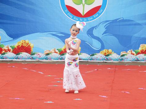 中国传统文化教育系列活动 送走金色的五月,我们迎来了六一儿童节。回顾过去的时光,古圣先贤的谆谆教诲滋润着我们的心灵,为我们指路,我们全校师生顽强拼搏,努力落实德行教育,初步取得了可喜的成绩。在六一儿童节来临之际,我校开展了中国传统文化教育系列活动之力行《弟子规》,做个文明人庆六一文艺节目汇演。